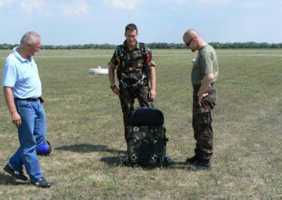 PPSO CZ-330 taktikai tandem ejtőernyő rendszer - felszereléses ugrás előtt